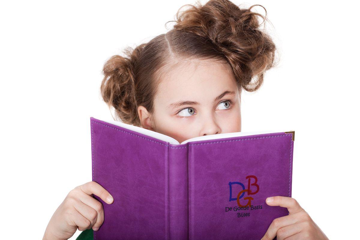 Meisje met een boek die bijles op de basisschool krijgt, aan huis gegeven in Amsterdam of Amstelveen.