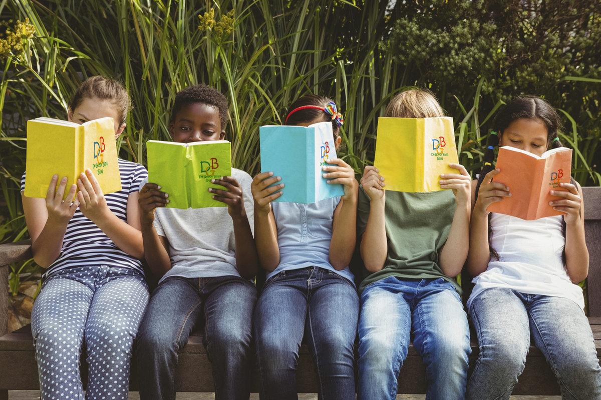 Groepje kinderen die bijles krijgen op een rij. Met een boekje van de Goede Basis. Bijles voor de Basisschool.